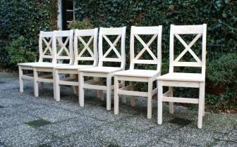 Blanke houten stoelen