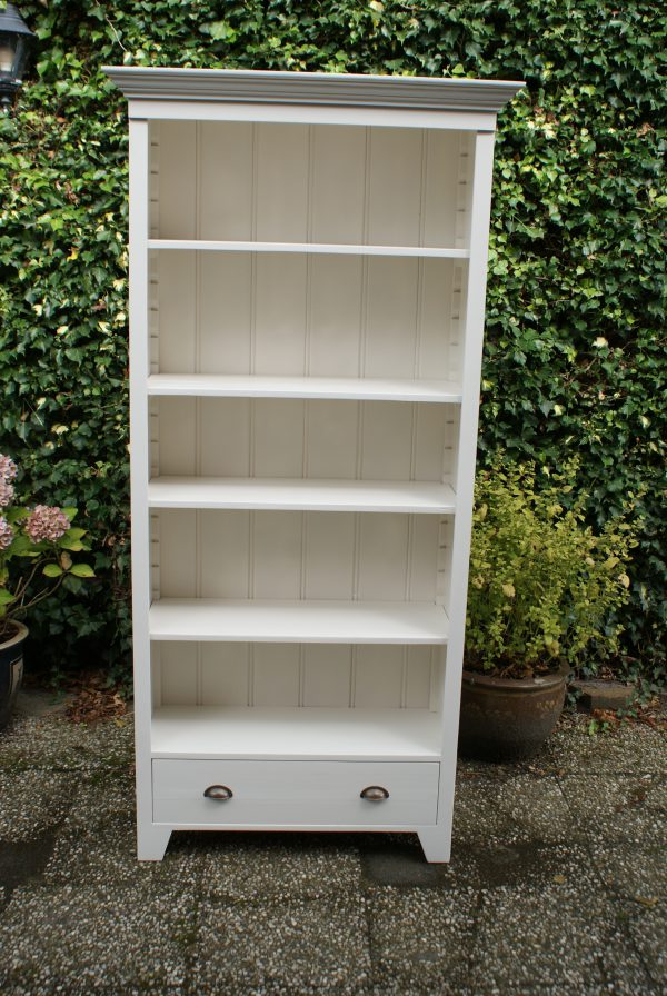 wit houten boekenkast