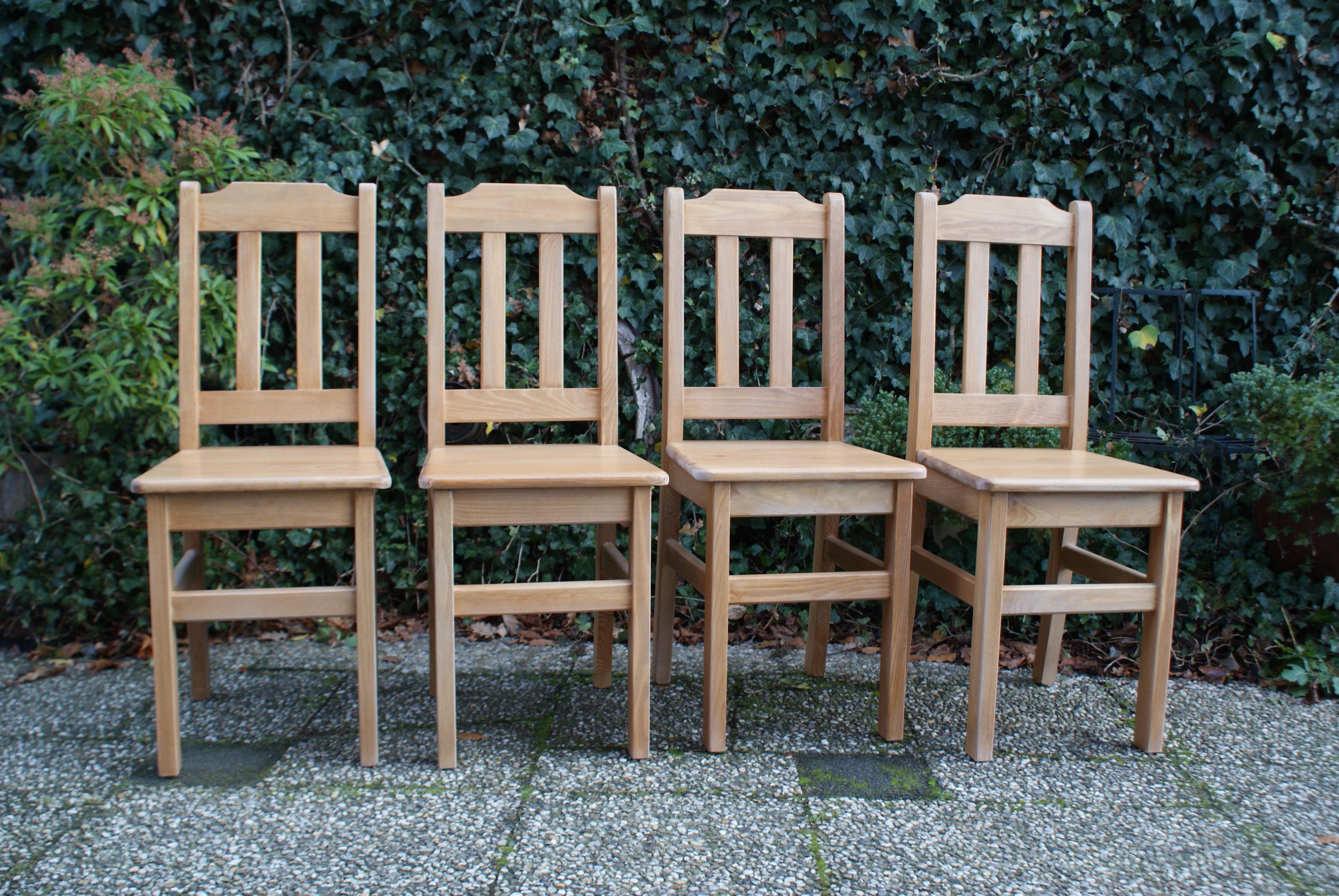 Grenenhouten stoelen
