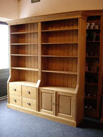 grenen boekenkast met deuren en laden