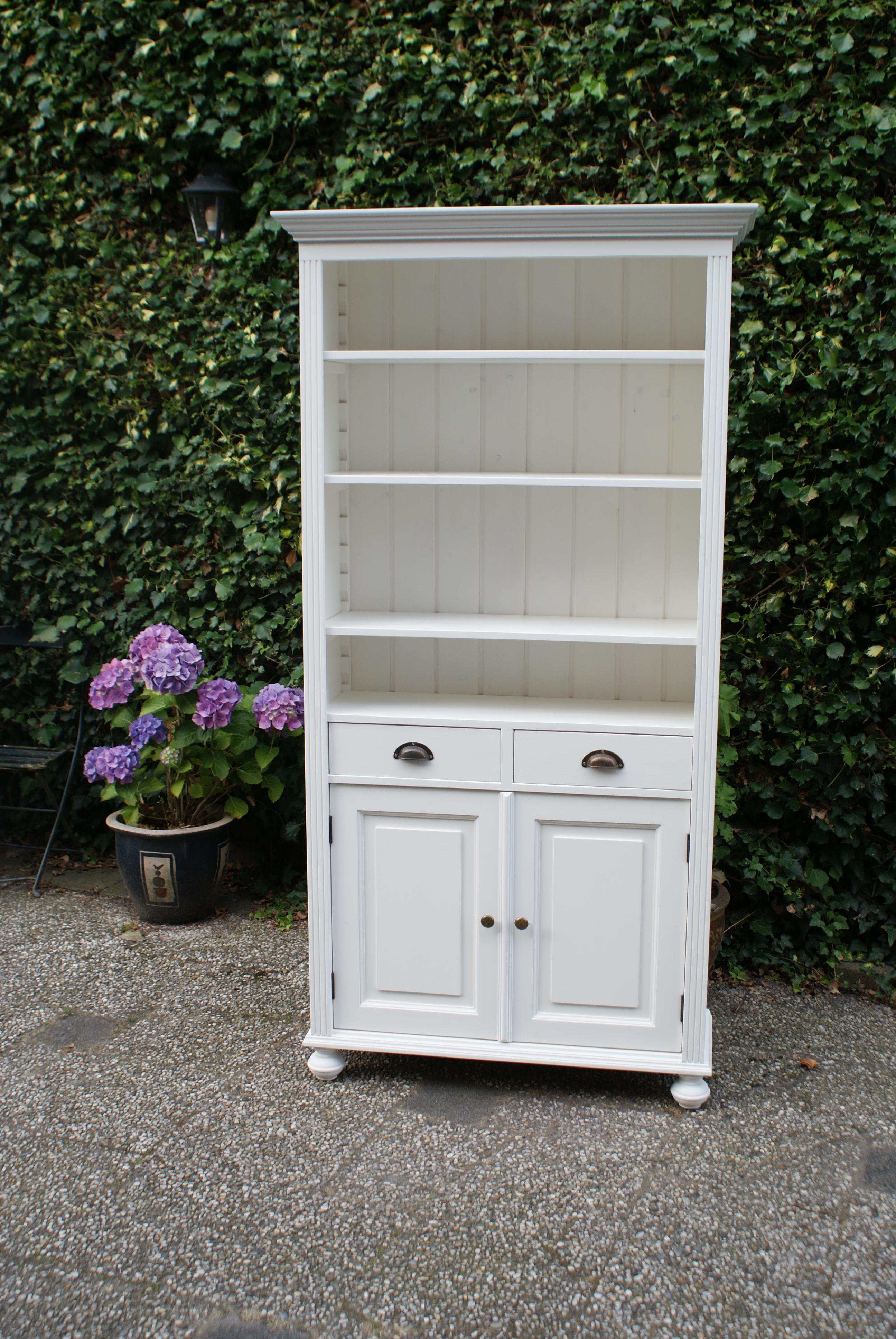 boekenkast met deurtjes en laden