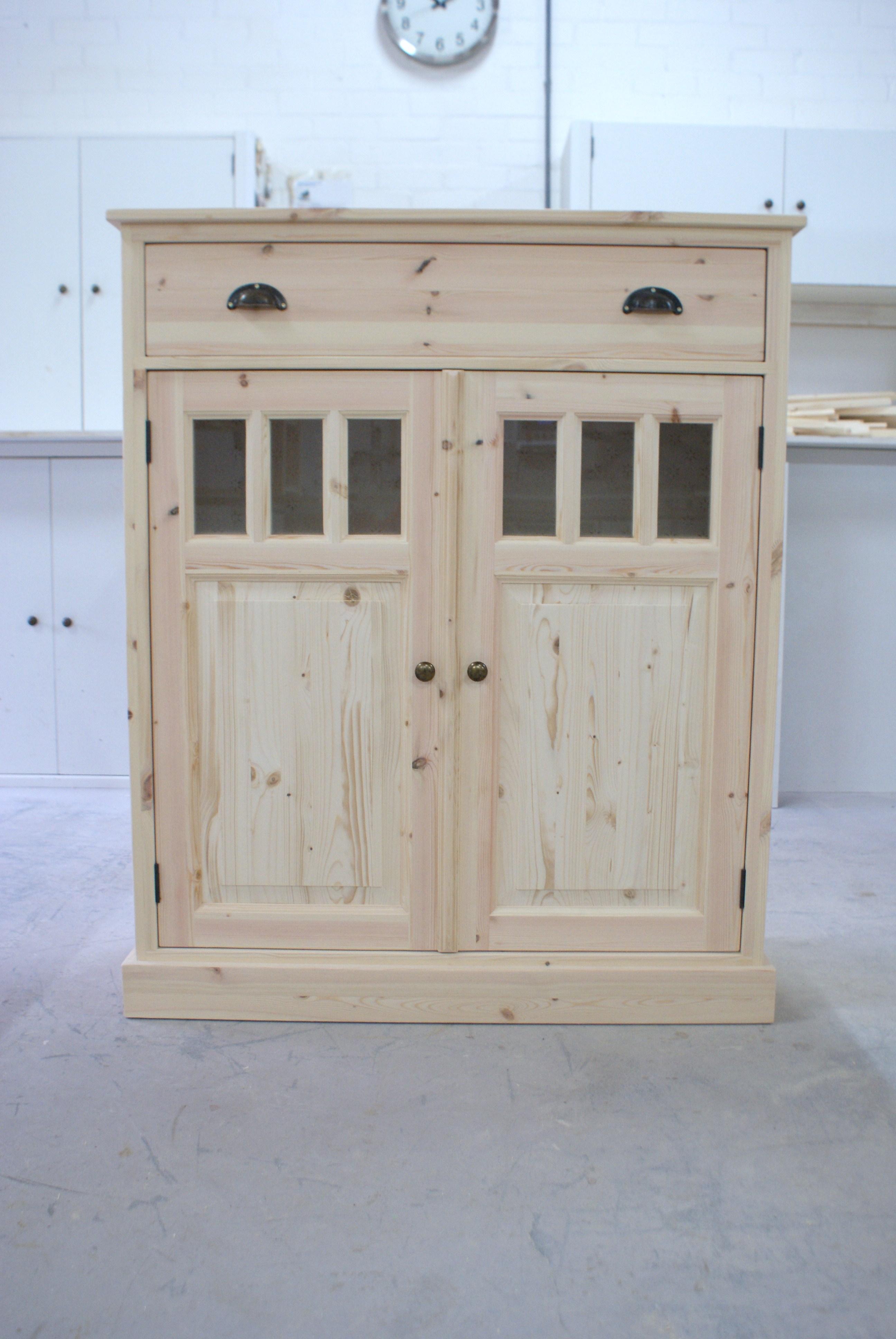 blank houten meidenkast