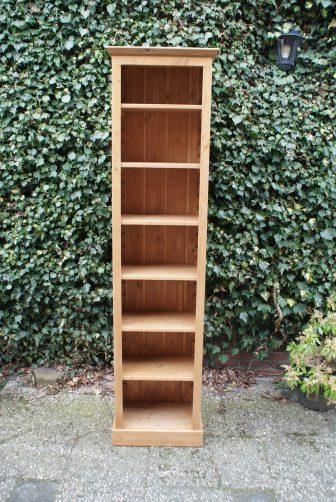 Smal grenen boekenkastje