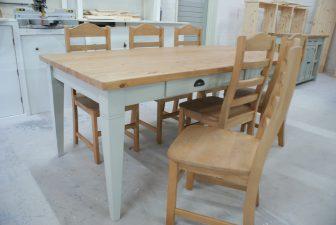 landelijke tafel en stoelen